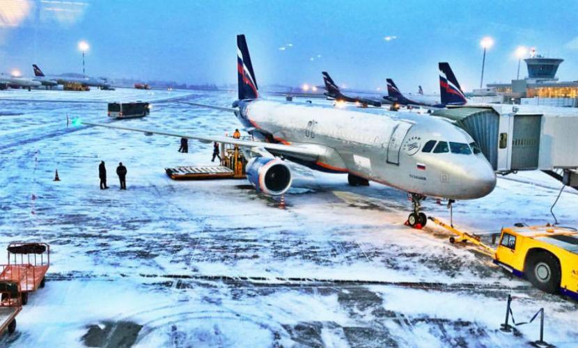 Самолеты в аэропортах Москвы начали поливать противообледенительной жидкостью