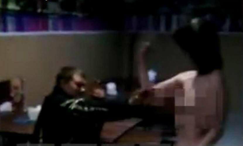 Обнаженная девушка на полу пермского кафе исполнила на видео танцевальный стриптиз