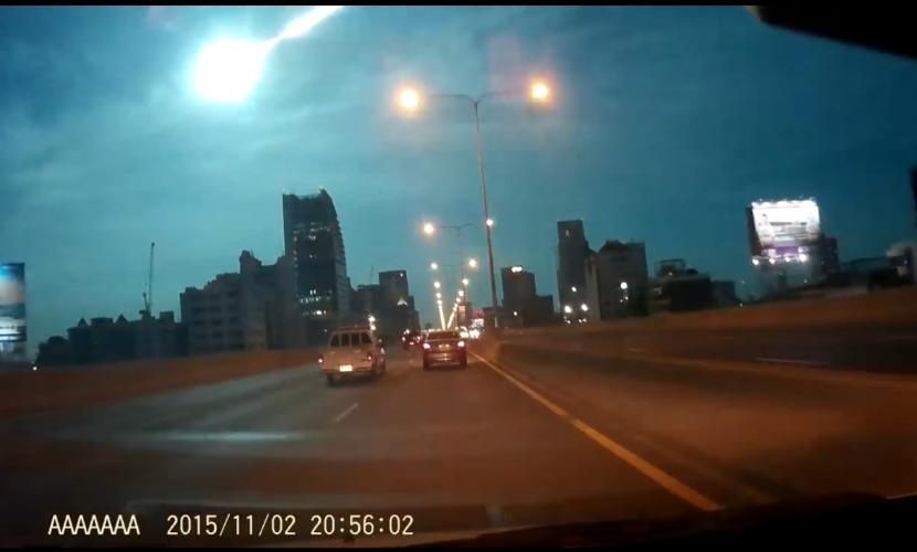 Яркий метеорит в небе над Таиландом сняли на видео
