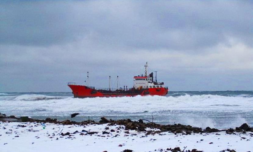 Машинное отделение выброшенного на мель на Сахалине танкера затоплено