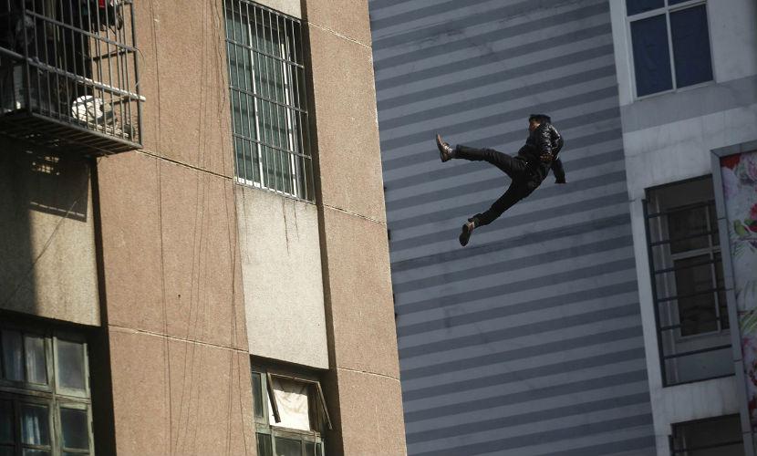 Школьник упал с крыши 16 этажа, пытаясь сделать селфи
