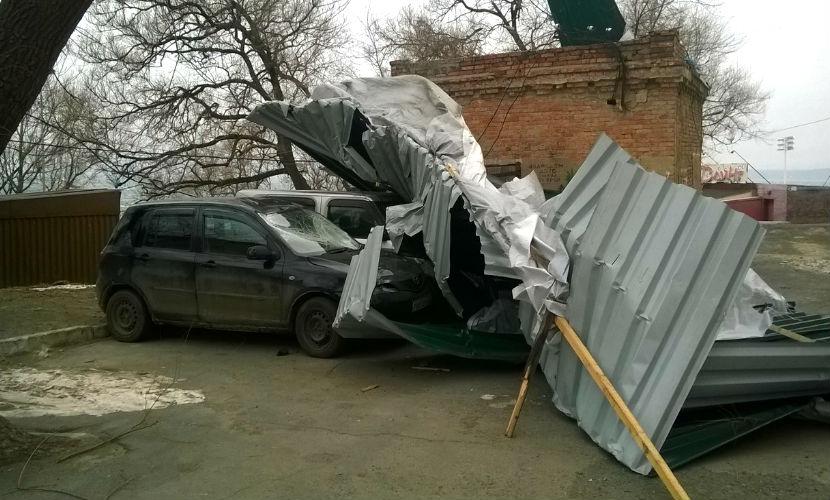 Ураган во Владивостоке снес крыши и сбил людей с ног