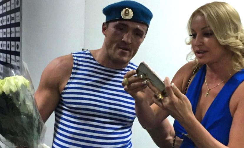 Анастасия Волочкова в откровенном платье устроила групповое селфи с чемпионами и президентом