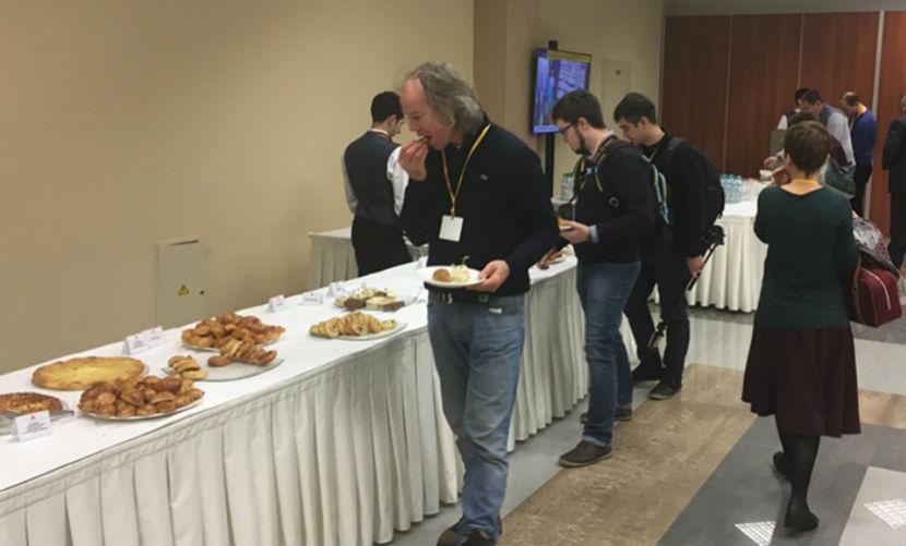 Журналистов побаловали пирогами с олениной и хачапури перед встречей с Путиным