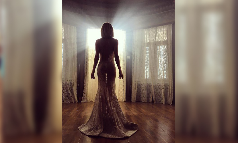 Глюкоза поздравила поклонников с Новым годом в прозрачном платье