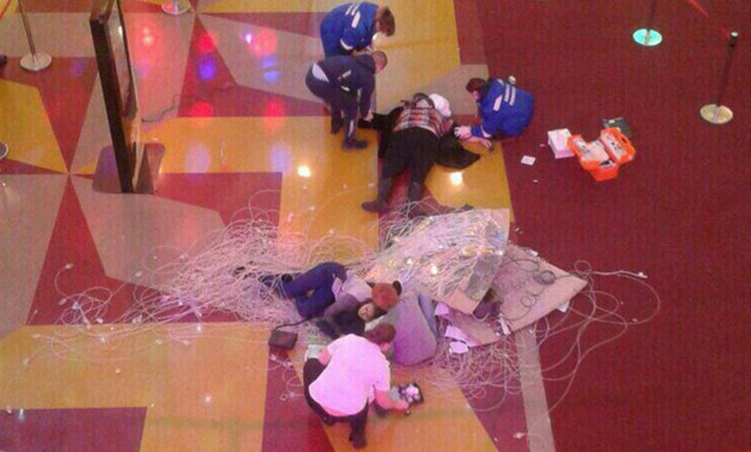 Упавшая с 5-метровой высоты люстра травмировала людей в торговом центре Сургута