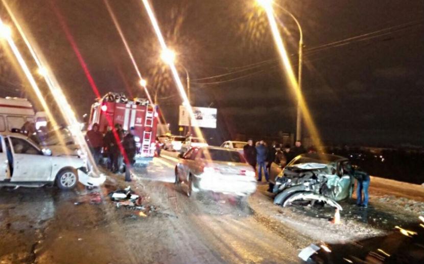 В лобовом столкновении автомобили разорвало на части