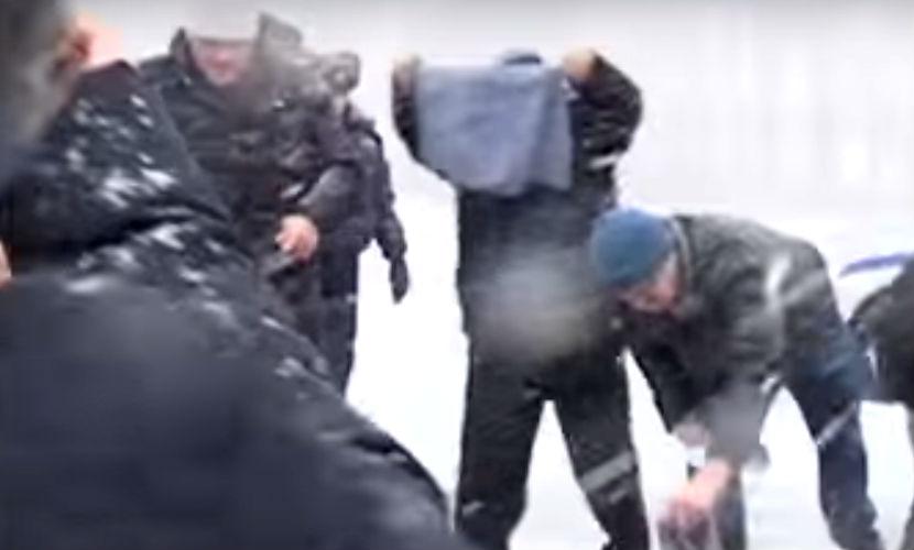 Дальнобойщики разделись, протестуя против