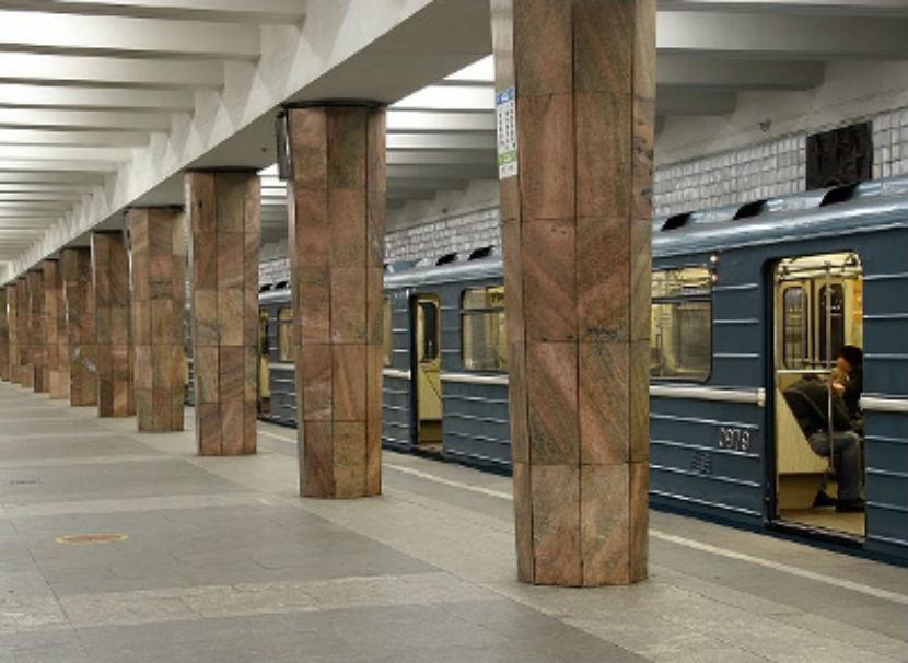 Мужчина погиб в метро, упав на рельсы