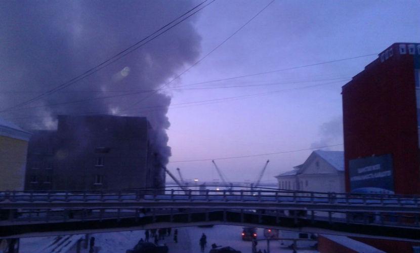 40 чиновников эвакуировали из горящего здания администрации в Дудинке