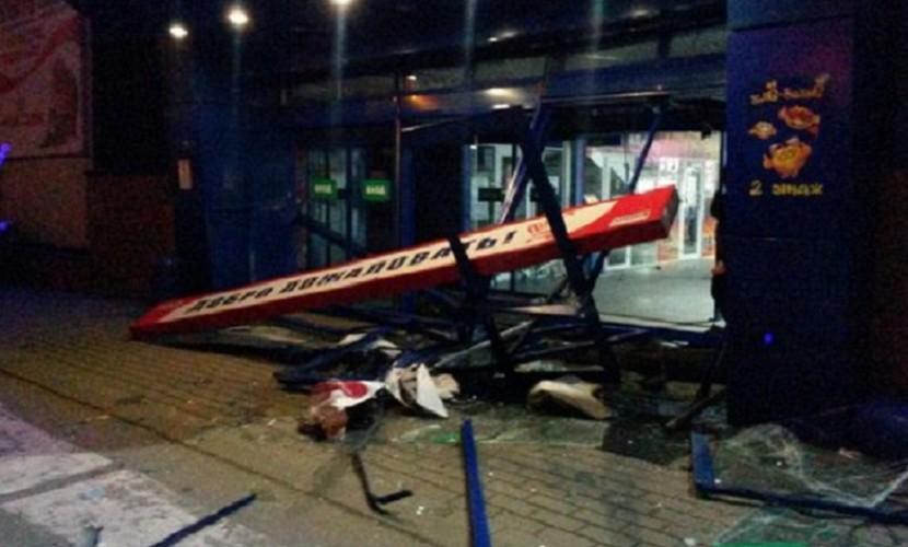 ВАЗ протаранил гипермаркет в Воронеже и едва не передавил людей