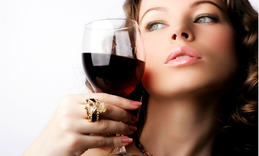 Алкоголь превращает девушек в красавиц, а мужчин - в привлекательных людей, - ученые