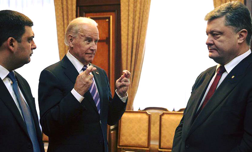Оскорбительную фигуру из трех пальцев показал Порошенко и Гройсману вице-президент США