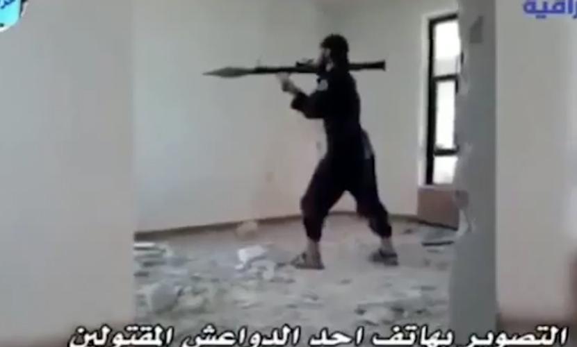 Опубликовано видео, как террорист ИГ подорвал сам себя выстрелом из гранатомета