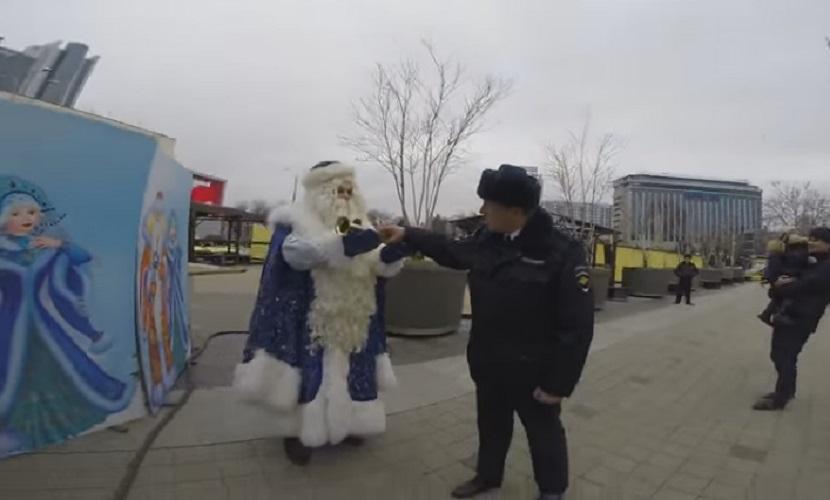 Полицейские решили проверить документы у Деда Мороза в Краснодаре