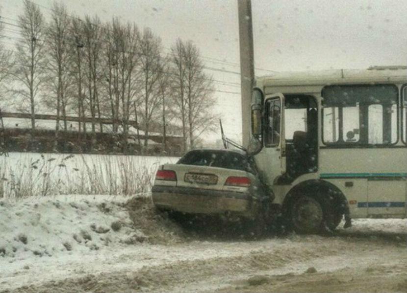 В Омске женщина за рулем иномарки врезалась в автобус и погибла