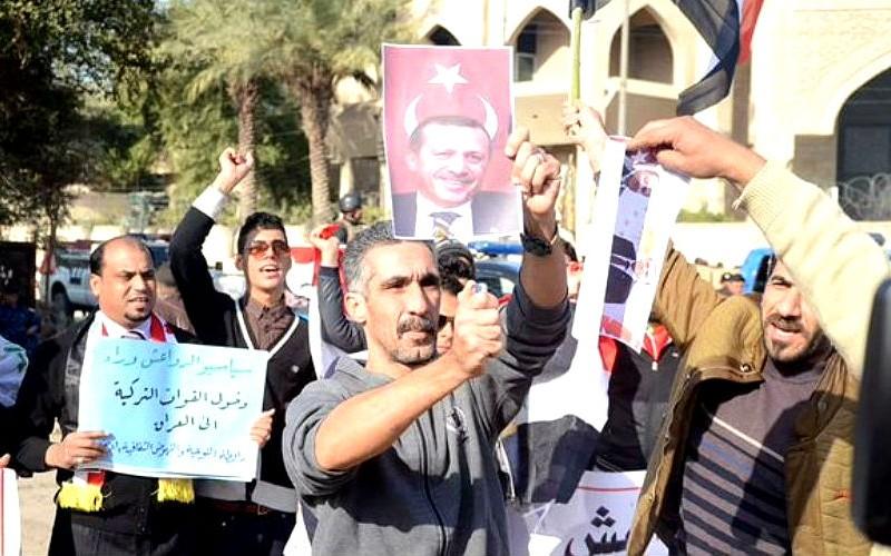 Тысячи жителей Ирака с плакатами