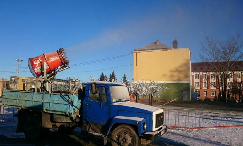 Власти Гусева снегопушкой создали новогоднюю сказку