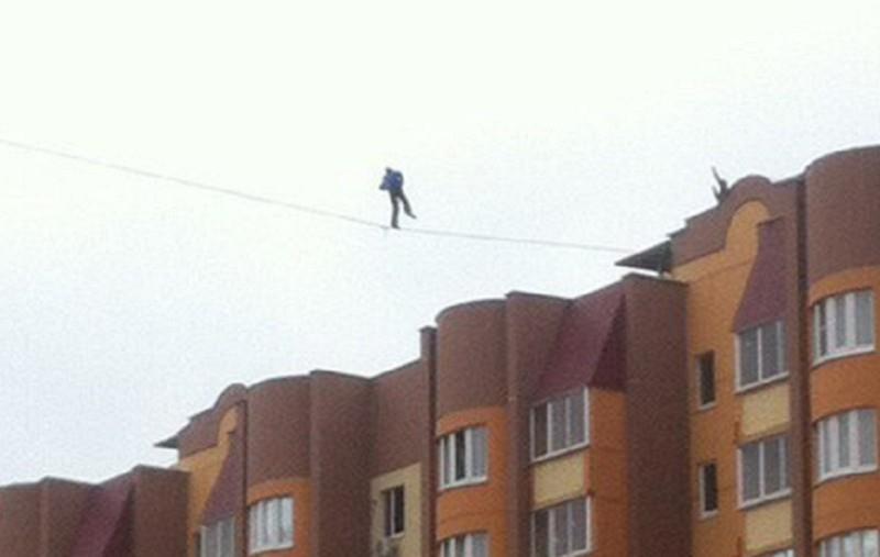 Парень, гуляющий на 35-метровой высоте между высотками, шокировал воронежцев