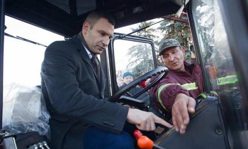 Виталий Кличко пересел из джипа на белорусский снегоуборочный трактор