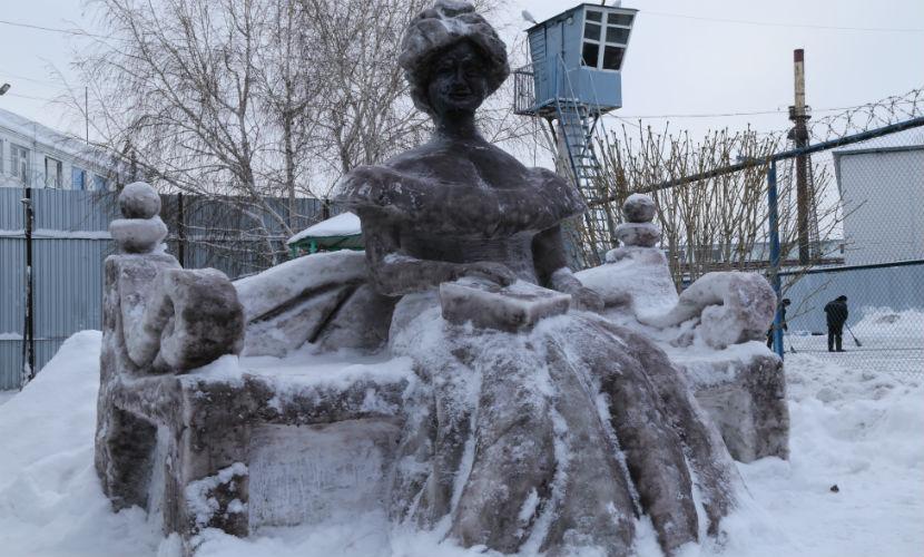 Заключенные слепили из снега достопримечательности Омска