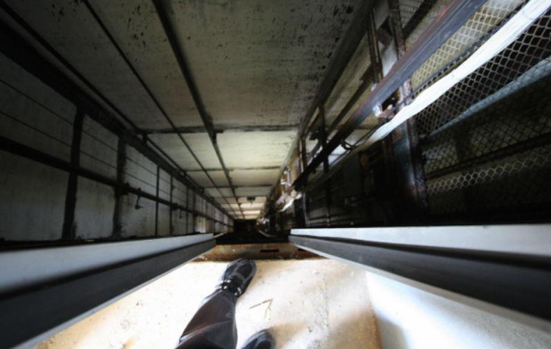 Подросток разбился при попытке выбраться из поломанного лифта в Питере