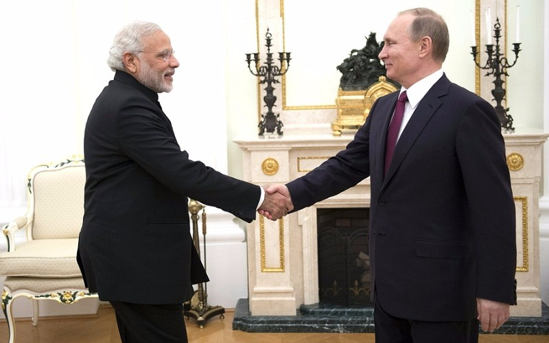 Путин получил в подарок от премьер-министра Индии меч и автограф Махатмы Ганди