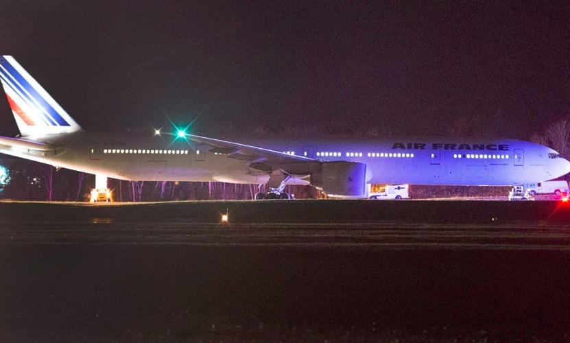 Авиалайнер компании Air France из-за угрозы взрыва совершил экстренную посадку в Монреале