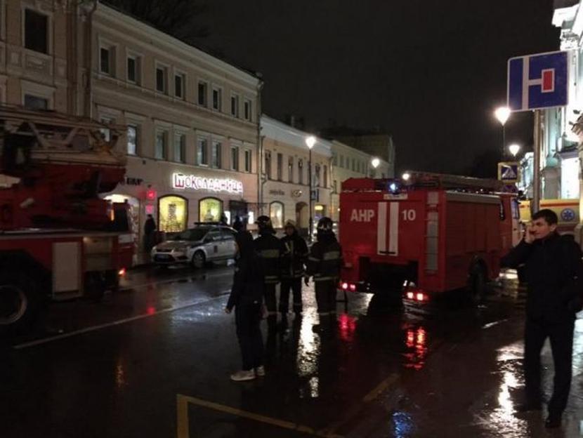 Две девушки с ранениями ног госпитализированы после взрыва на остановке в Москве