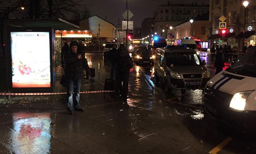 Самодельную бомбу взорвали на остановке в центре Москвы, есть раненые