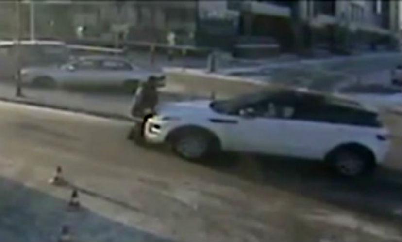 Наезд автоледи из Иркутска на парковщика попал на видео