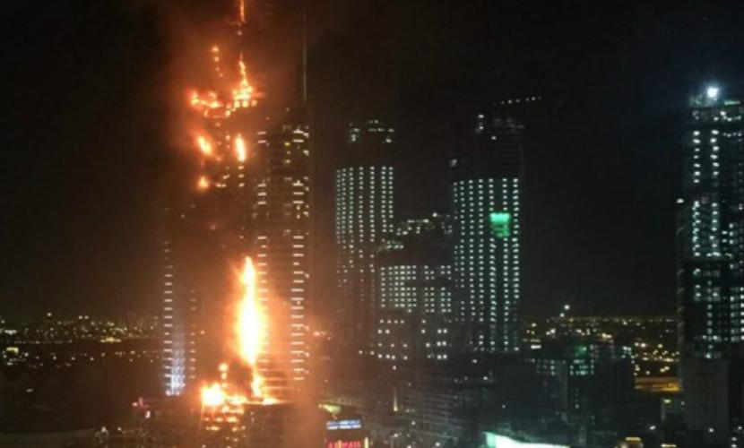 Горящий отель-небоскреб в Дубае эвакуируют