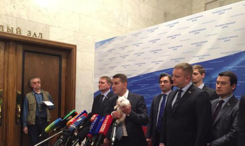 Депутат пришел в Госдуму с кроликами и пообещал завалить ими Россию