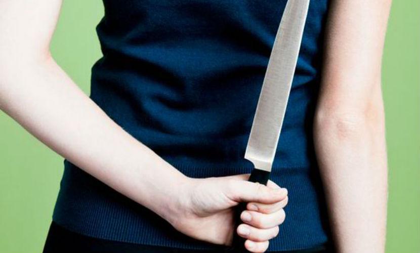 15-летняя девочка вместе с возлюбленным жестоко зарезали отца в Подмосковье