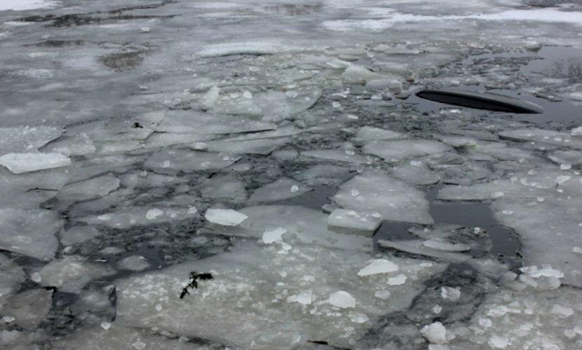 Три грузовика с углем провалились под лед в Якутии