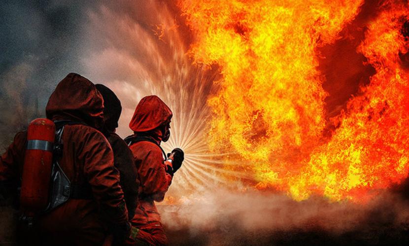 На территории психиатрической больницы в Смоленске тушат масштабный пожар