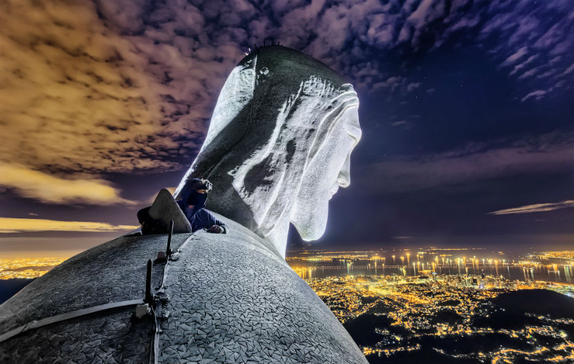 Российские руферы сделали селфи на вершине 38-метровой статуи Христа в Бразилии