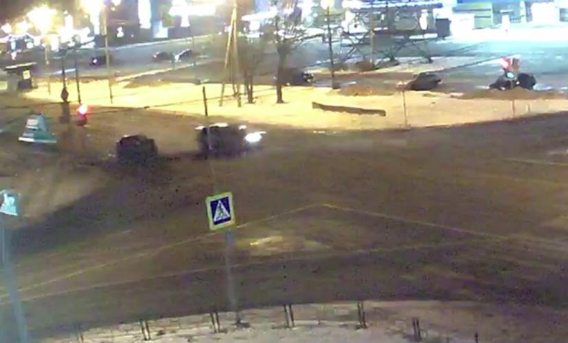 В Сеть попало видео ДТП, в котором машина от удара уменьшилась вдвое
