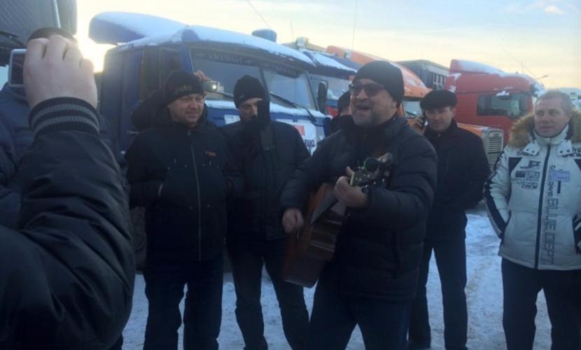 Юрий Шевчук приехал в Химки и спел для дальнобойщиков песню