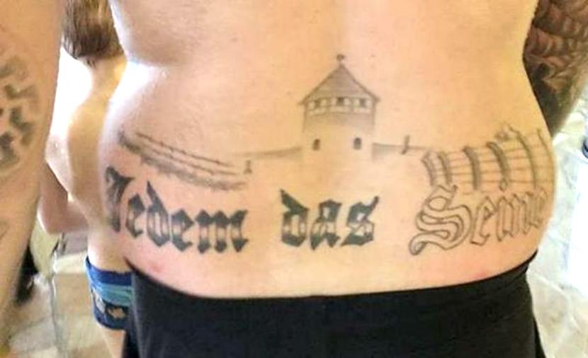 Немецкого депутата с татуировками «Бухенвальд» и «Освенцим» отдали под суд
