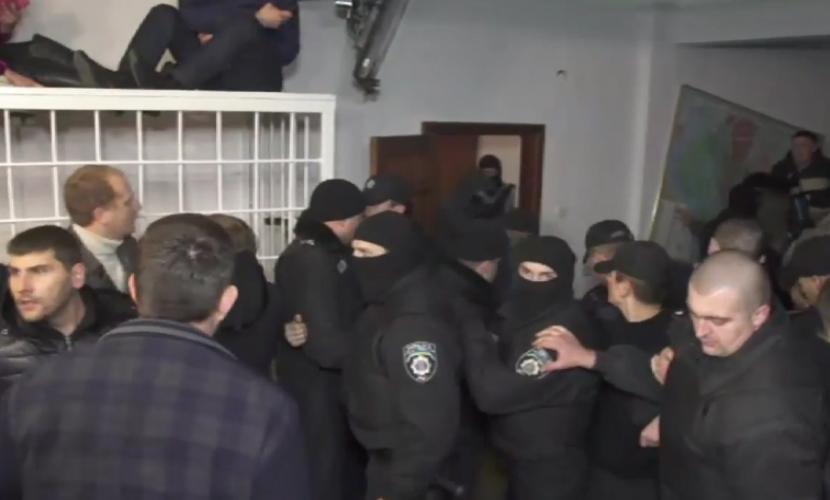Во время суда над лидером «Укропа» люди в балаклавах устроили драку