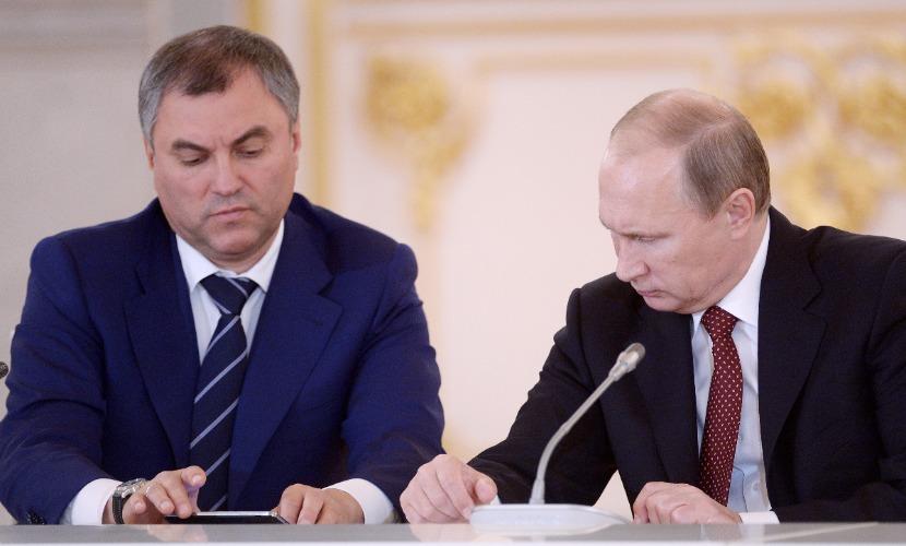 Кремль подарил тысяче политиков и чиновников книгу Путина