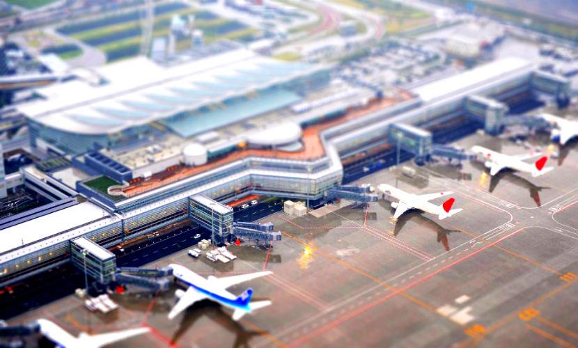 Пассажирский и грузовой самолеты столкнулись в аэропорту Японии