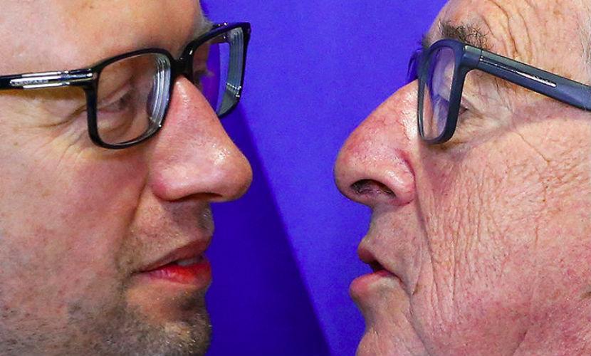 Глава Еврокомиссии поцеловался с Яценюком на камеру в Брюсселе