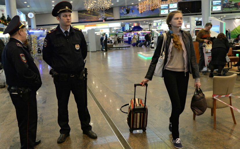 Пьяные туристы отобрали у полицейского рацию в аэропорту Домодедово