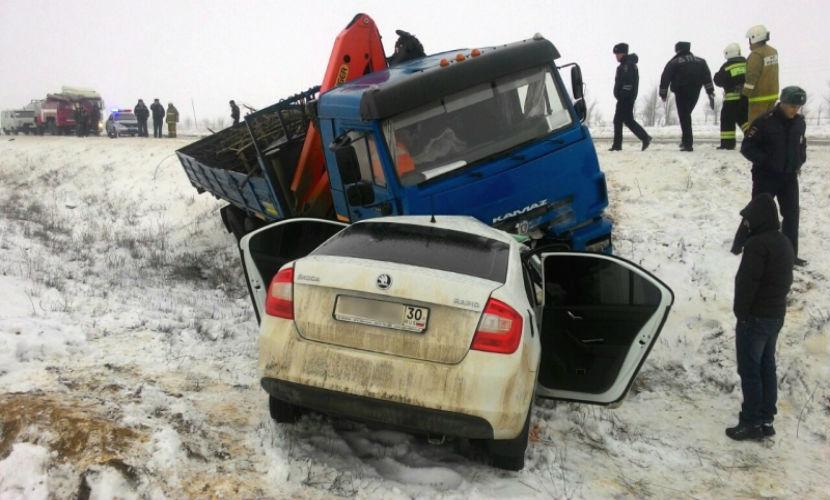 Три женщины и парень погибли в ДТП с грузовиком под Астраханью