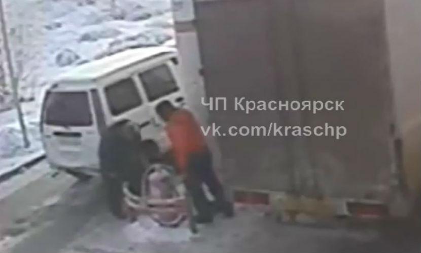 Водитель автобуса в Красноярске сломал ногу пенсионеру за медлительность на заправке