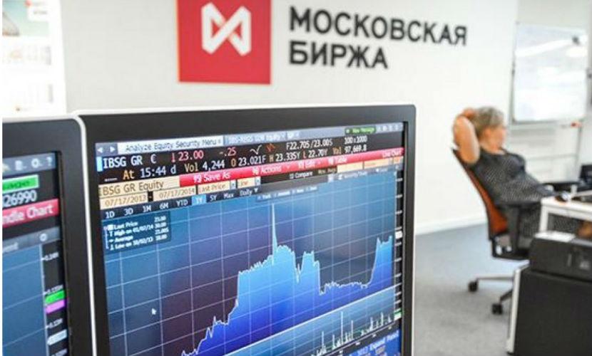 Неизвестный крупный игрок два дня подряд скупает на рынке валюту, вызвав падение рубля, - эксперт