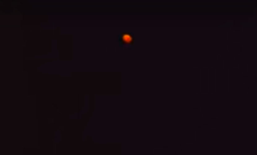 Огненный НЛО в новогоднем небе сняли на видео жители Омска