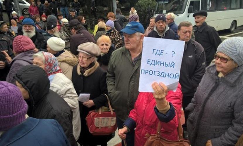 В Сочи пенсионеры перекрыли центральную улицу из-за отмены льгот на проезд